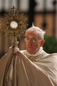 Pope Fr w Monstrance - Corpus Christi - Rome 2013